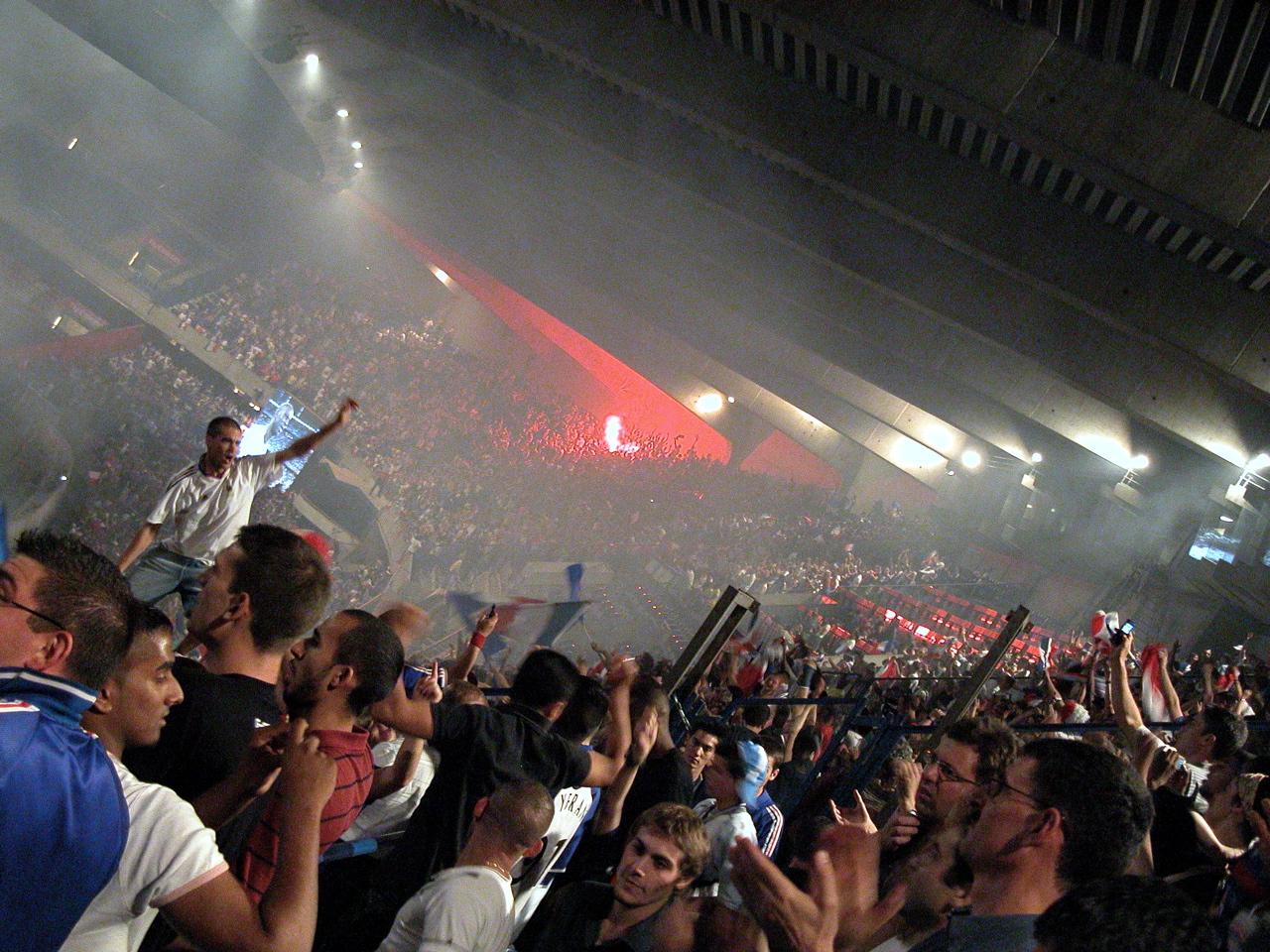 Nach dem Halbfinale feiernde Leute im Prinzenparkstadion in Paris.