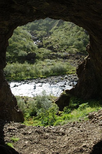 Overhang_for_cave_@_Glymur,_Iceland.jpg