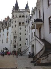 l'entrée principale et la tour de la couronne d'Or