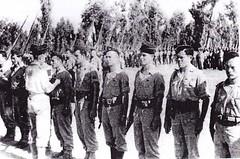 BM XI- Xavier Langlois décorant des hommes du BM 11