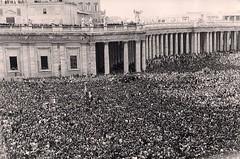 4 juin 1944, sur la place St Pierre noire de monde, les Romains acclament le pape et les alliés (photo OFIc, coll. Bongrand Saint Hillier)