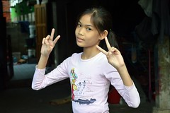 cute preteen girl sending you peace photo by the foreign photographer - ฝรั่งถ่