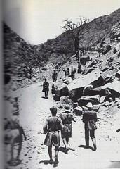 Erythrée 1941 mars - Keren-  de dos à droite, le général de Gaulle