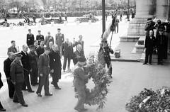 Koenig- Le maréchal Montgomery à  Paris : cérémonie à  l'Arc de triomphe,  sur les Champs-Elysées.