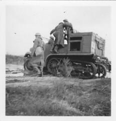 Angleterre- Le canon suit tracteur  Old Dean camp mars 41 - Fonds Jean Mathieu Boris
