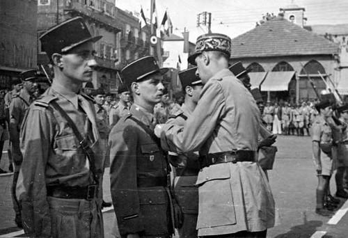 1942- Bir Hakeim- Après la sortie - septembre 1942 - Beyrouth - Benjamin Favreau, Roger Malfettes décorés par le général de Gaulle