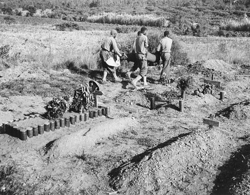 Provence - 1944 - Soldats du Bataillon de Marche n°5 de la 1ère Division française libre enterrant leurs morts au pied  du Mont Redon - Crédit photo  NARA