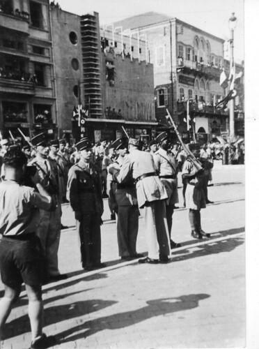 1942- Bir Hakeim- Après la sortie - septembre 1942 - Beyrouth - Jacques Roumeguère décoré par le général de Gaulle- Fonds Roumeguère