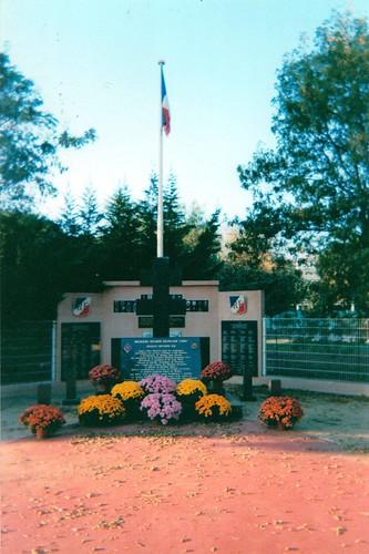 11 novembre 2002 - Fleurissement du Memorial national de la 1ère DFL à Hyères - Fonds Pierre Tropet