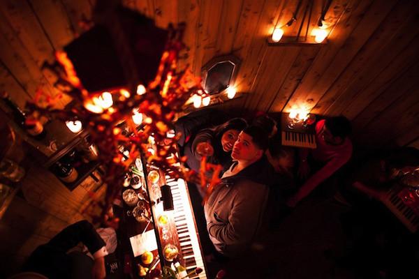 在水塔里面狂欢!旧水塔改造的秘密小酒吧