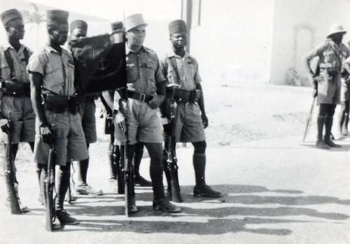 BM 2 - 12 juil 41 - Deir AYTE le fanion du BM 2 et sa garde- Porte fanion Sgt chef ABDON BO - Fonds Amiel