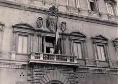 4 juin 1944, le drapeau français flotte au balcon du palais Farnèse (photo OFIC, coll. Bongrand Saint Hillier)
