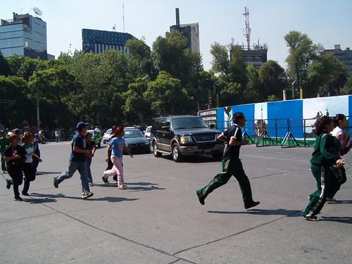 cruzando responsablemente la calle