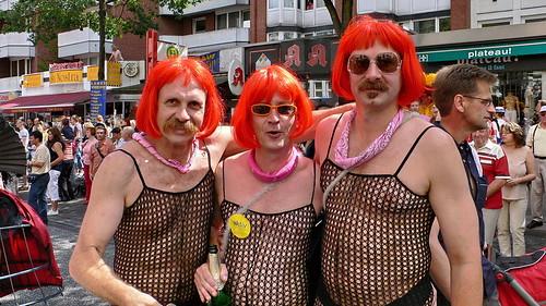 CSD 2006: Drei Maenner mit roten Peruecken in Hamburg Sankt Georg