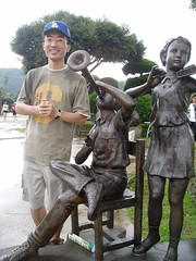 Singing Greg with the playing statues