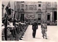 A la villa Médicis, les légionnaires rendent les honneurs. Rome, juin 1944 (photo ECPAD, coll. Bongrand Saint Hillier)