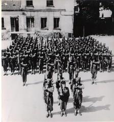 58- 18 juin 45 - 7e cie et fanion du BM 2 porté par l'adj Pottier avant le défilé à l' arc de triomphe - Fonds Amiel