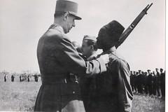 40-  22 avril 45 aux Mathes (près royan) remise médaille militaire au sgt chef Doumbia de la 6e cie du BM 2 - Fonds Amiel