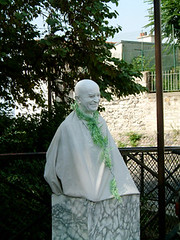 往蒙馬特墓園的路上遇見雕像表演藝術者