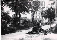31- 15 Avril 45 - Attaque du BM2 Sur Royan -le chateau d'eau d'Enlias-  un antichar allemand détruit- Fonds Amiel
