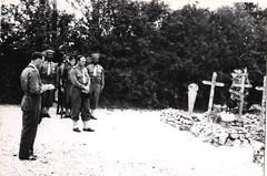 42-  29 juin 45 Cimetière de Retaud -L'absoute - RP Michel cdt Amiel fanion porté par adj Lucien Pottier et sa garde - Fonds Amiel