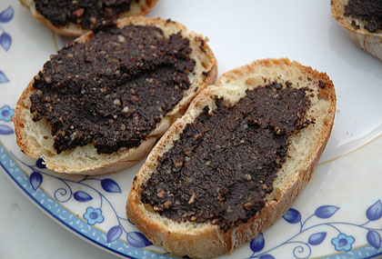Tartines with tapenade with walnuts