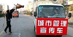 Oficial chino lanza un perro recién ejecutado a un camión (Foto: AP)
