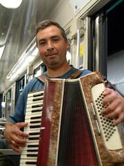 在地鐵車廂裡演奏手風琴的街頭藝人
