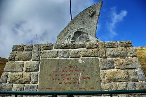 Stèle FAMMAC dédiée aux Fusiliers Marins à l'Authion - CP : Jean-Michel Sivirine, Association Amont