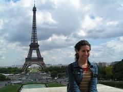 La nena frente a la torre Eiffel