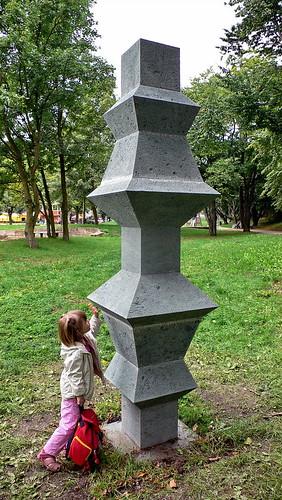 Stein-Skulptur von Klaus Becker im Lohmühlenpark in Hamburg Sankt Georg