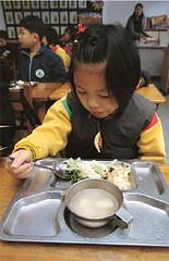 台中縣梧南國小營養午餐只有兩菜一湯