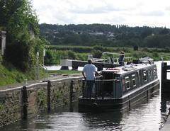 Barco fluvial pasando una esclusa