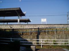 側道から見上げた阿久比駅