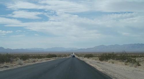 pitkä suora aavikolla