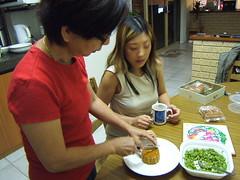 mom-cutting-mooncake