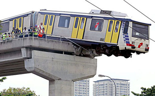 Tren a punto de caer de un puente