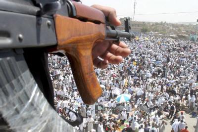 Un soldado vigila una manifestación en Bagdad... las fuerzas de seguridad son uno de los objetivos más comunes de los atentados de la resistencia