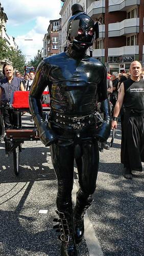 CSD 2006: Sklave im Gumminanzug zieht Kutsche in Hamburg Sankt Georg