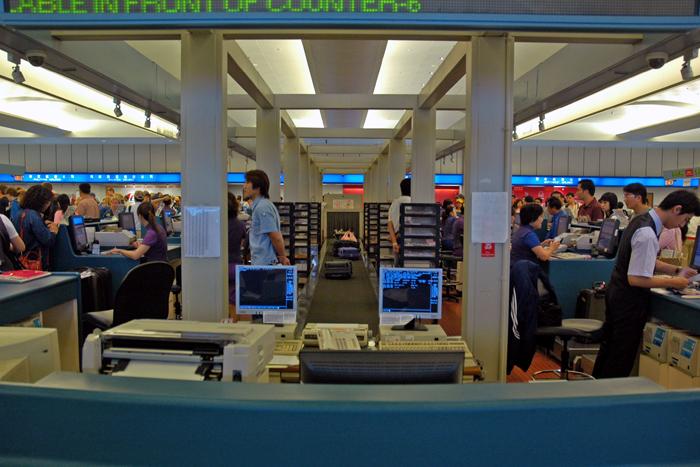 忙碌的機場櫃臺