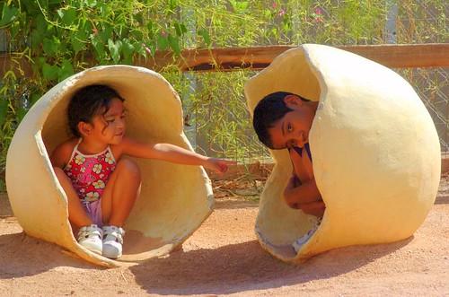 niños en huevos
