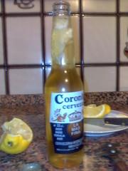 Cerveza coronita con limón