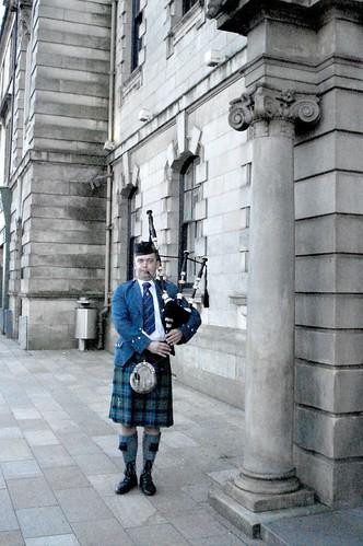 Joueur de cornemousse devant la mairie