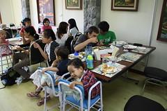 para toddler manis banget, mau makan sambil duduk di kursi masing-masing