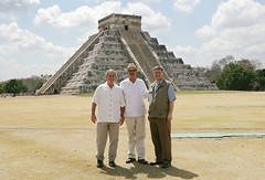 Bush, Fox y Harper en Chichen Itzá (Foto: Kimberlee Hewitt / Casa Blanca)