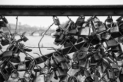 pont des arts  .  love hurts photo by António Alfarroba