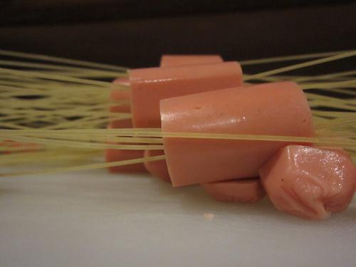 tusuk spaghetti ke sosis