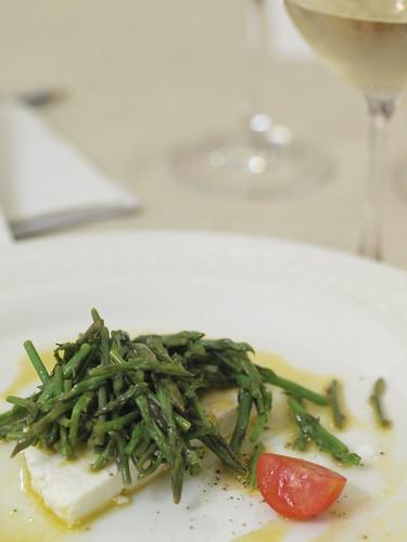 Ricotta di pecora con asparagi selvatici scottati