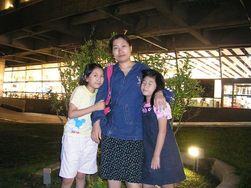 媽媽與蓁妮、采潔的合照@清水休息站