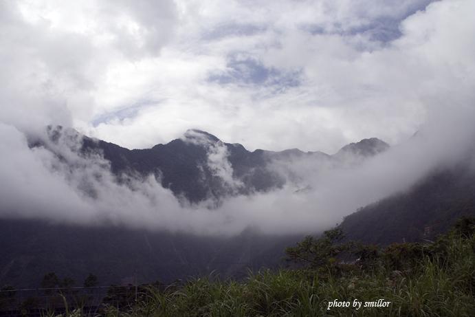 阿禮位於霧台再進去的山區雲霧更加瀰漫而壯觀(在霧台國小阿禮分校的操場所拍攝)